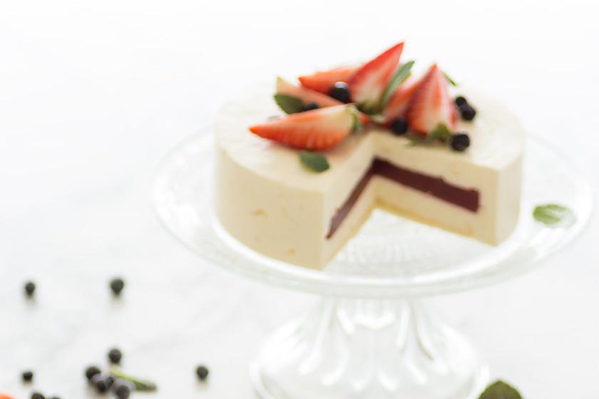 Tarta mousse de queso crema con interior de fresa. Receta para lucirte