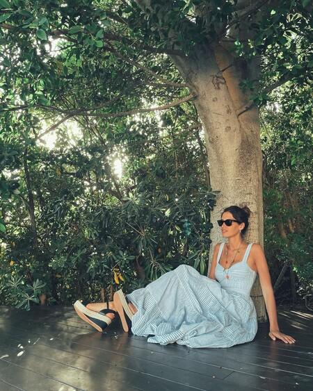 Sara Carbonero nos conquista con un vestido de rayas y un collar con el que se avecina tendencia