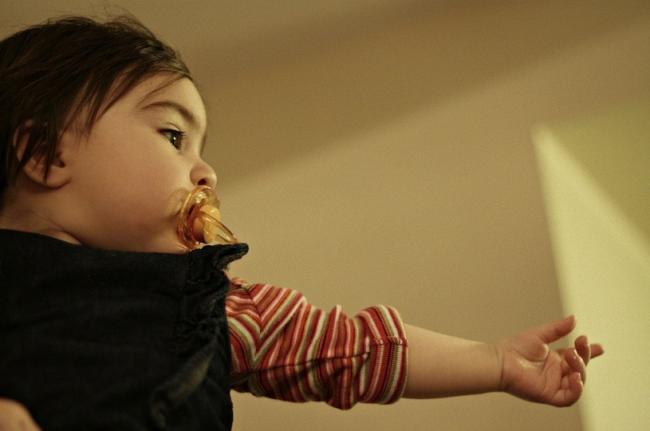 Bebé señalando con el dedo