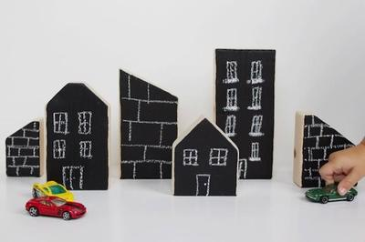Una buena idea: montar una ciudad con bloques de madera y pintura de pizarra