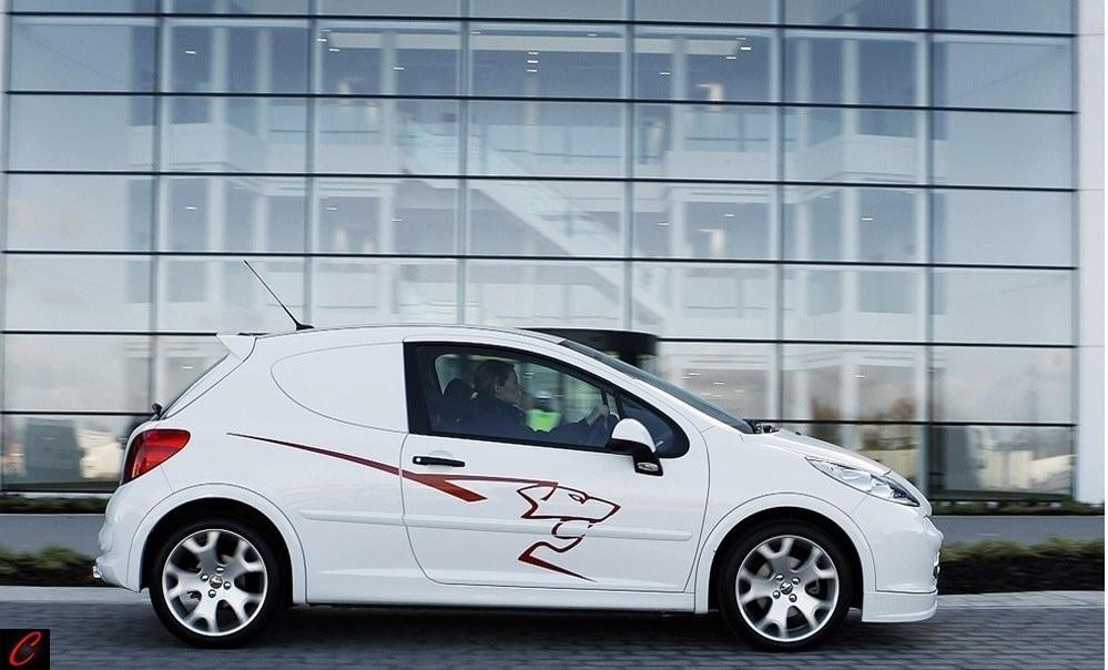 Foto de Accesorios deportivos para el Peugeot 207 versión comercial (3/4)