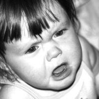 El peligro de dejar llorar a tu hijo en la cuna: consigue salir sufriendo una terrible caída