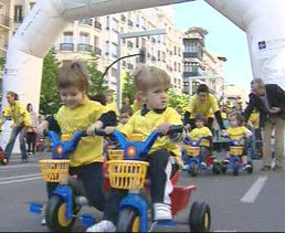 Divertida carrera de triciclos en Zaragoza
