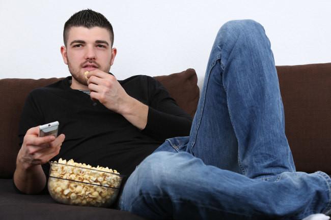 Resultado de imagen de comiendo palomitas viendo la tele