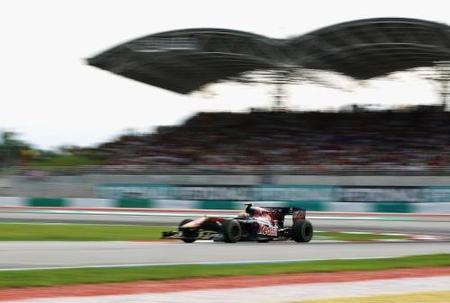 Jaime Alguersuari volando bajo en el GP de Malasia 2010 de Fórmula 1