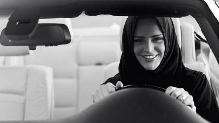 Las mujeres saudíes acuden por primera vez a un Salón del Automóvil. ¿Aperturismo o estrategia económica?