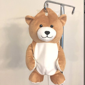 Medi-Teddy, el invento de una niña para cubrir los goteros y así hacer sentir mejor a los niños enfermos