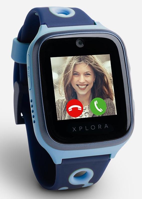"""XPLORA 4. Smartwatch 4G sumergible, con pantalla táctil de 1,4"""", cámara de 2 MPx, funciones de llamadas, mensajes, localización y contador de pasos. En oferta durante estas fiestas. Además, si antes del 10 de enero registras tu XPLORA en la plataforma #GOPLAY e introduces el código XAKATA100, podrás llevarte 100 monedas gratis."""