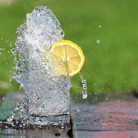 ¿De verdad beber agua con limón ayuda a adelgazar? La ciencia dice que sí (pero tiene truco)
