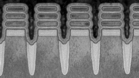 Transistores de 2 nanómetros de IBM vistos a través de un microscopio electrónico