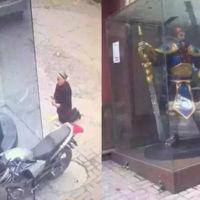 Una señora le reza a una estatua de League of Legends pensando que era una deidad china