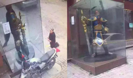Una señora le reza a una estatua de League of Legends pensando que era una deidad china