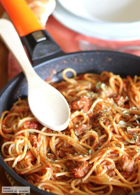 Receta de spaghetti con butifarra y salsa de tomate al vermut
