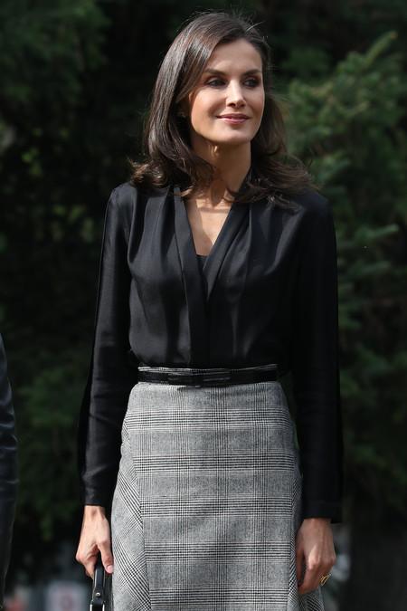 La Reina Letizia vuelve a lucir la falda midi con cuadros Príncipe de Gales de Massimo Dutti perfecta para la oficina