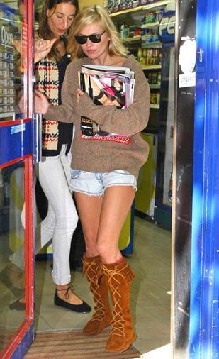 Kate Moss sigue fiel a las botas de flecos