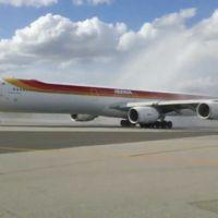 Despedida de agua: emotiva ceremonia al último vuelo de Iberia a Montevideo