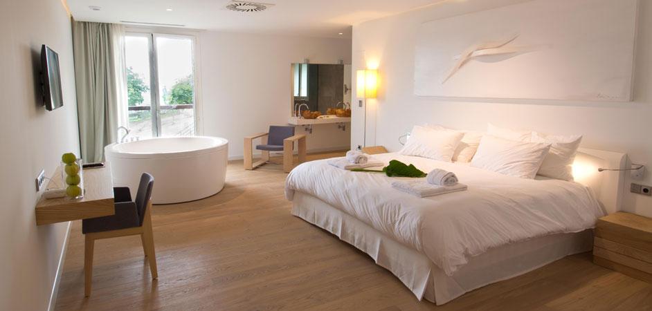 Hoteles con arte y ba eras exentas en las habitaciones for Habitacion familiar con jacuzzi