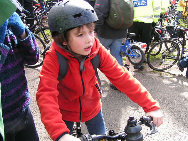 Niño al cole en bicicleta