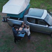 La pick-up eléctrica Rivian R1T luce en vídeo su lado camper: hasta 753 CV y 680 km de autonomía con cocina y cama