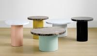 La clásica mesa auxiliar de mármol se moderniza con pies de colores