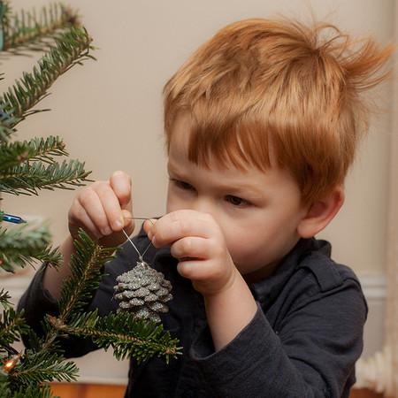 La foto de tu bebé: decorando el árbol de Navidad