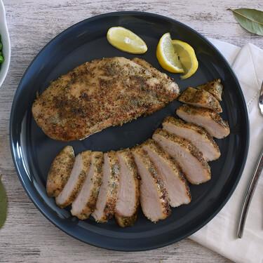 Receta de pechugas de pollo en salmuera seca de laurel y pimienta: técnica rápida para lograr una carne jugosa y tierna