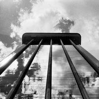 Conectando arquitectura y pintura abstracta a través de las fotografías analógicas de Nieves HM