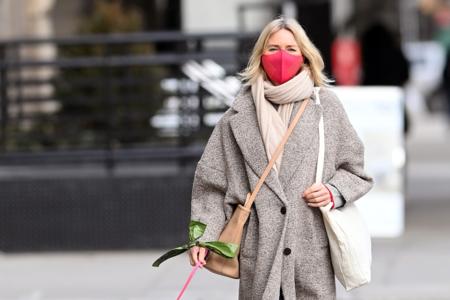Naomi Watts y Katie Holmes lucen los abrigos de tendencia de Mango