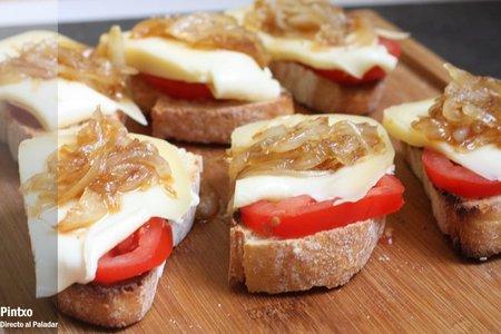 Tosta de Arzúa Ulloa y cebolla caramelizada. Receta