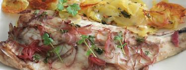 Corvina al horno con patatas, cebolla y cilantro: receta fácil de pescado