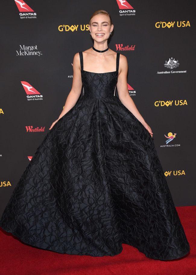 gala g'day alfombra roja red carpet look estilismo outfit Lucy Fry