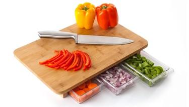 Una tabla de cortar con compartimentos para guardar lo cortado
