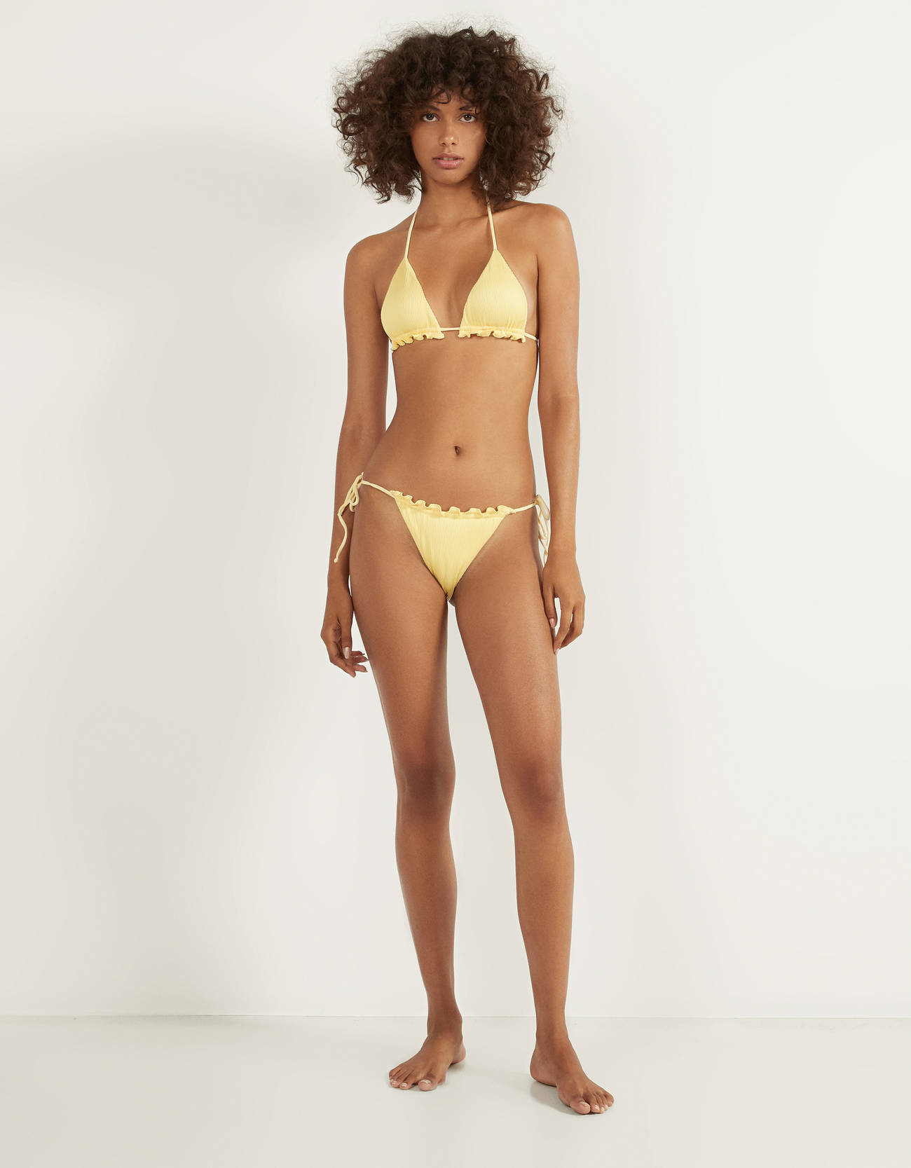 Top de bikini amarillo pastel con textura