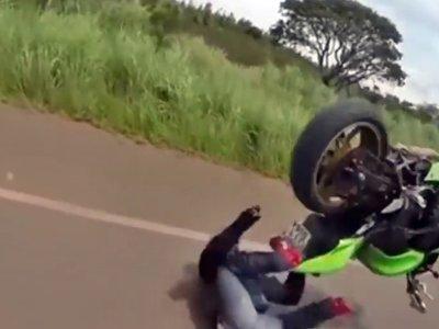 ¿Un frontflip, de pie? El cabezabuque te enseña lo que no debes hacer en carretera