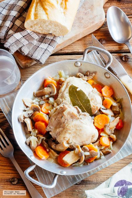 Pollo con champiñones y zanahorias en sartén. Receta fácil para el frio