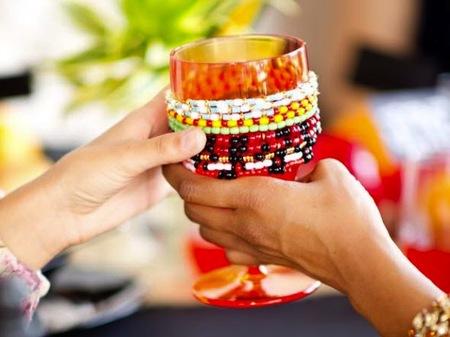 Una buena idea: decorar copas y vasos con pulseras de abalorios
