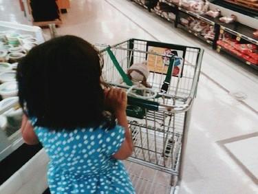 Moviendo el carrito de la compra como si fuera el bebé