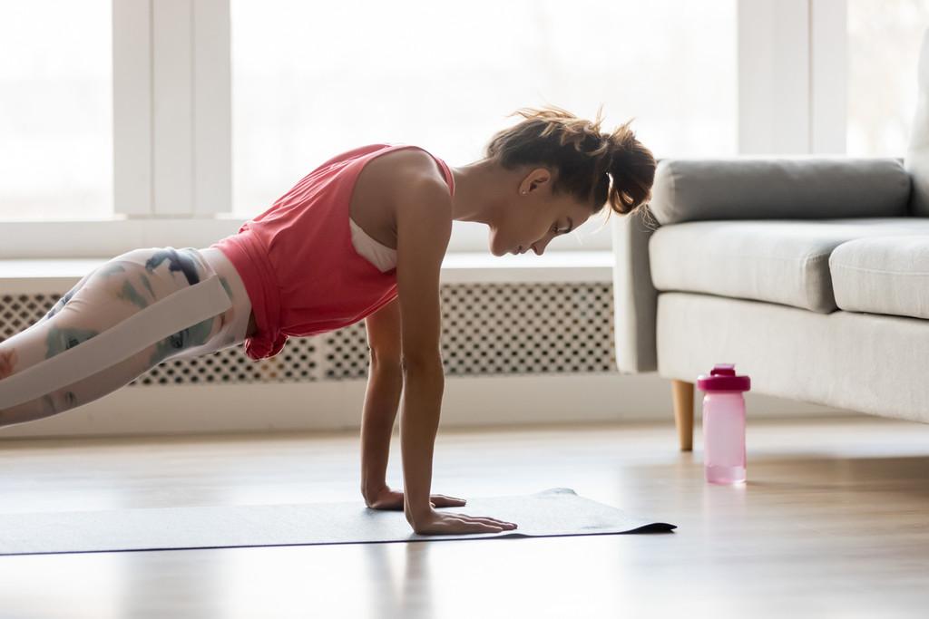 Tres ejercicios de pecho para hacer en casa sin material
