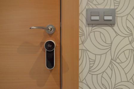 Abrir y cerrar la puerta con nuestro smartphone probamos for Se puede cambiar una puerta sin cambiar el marco