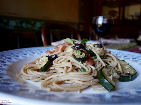 Ensalada de espaguetis integrales y calabacín al estilo griego (pero con producto aragonés)