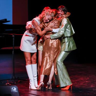 Diana Gómez y las actrices de Valeria demuestran su estilazo fuera de la pantalla en la alfombra roja de los premios 'La Alcazaba' de Ávila