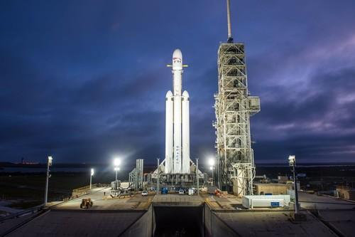 Lanzamiento del Falcon Heavy: cómo seguirlo en directo (y por qué lleva un Tesla camino a Marte)