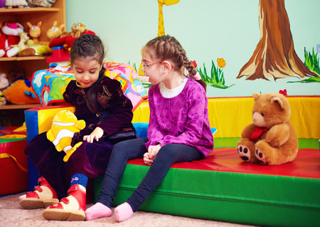 Dos niñas hablando en clase