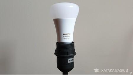 """El kit de iluminación """"inteligente"""" de dos bombillas Philips Hue con su puente está de oferta en El Corte Inglés por 34,89 euros"""