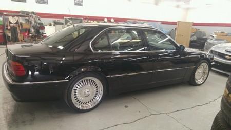 El BMW 750iL en el que Tupac fue tiroteado está a la venta por 1,5 millones de dólares, con balazo incluido
