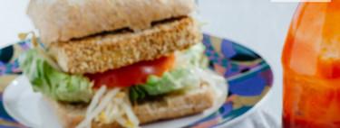 Hamburguesa de tofu empanizado. Receta vegana fácil