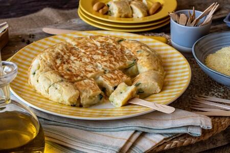 Esta es la receta de tortilla de patata y calabacín que no puede faltar en un picnic