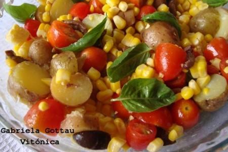 Ensalada de patatas, albahaca y vegetales. Receta saludable