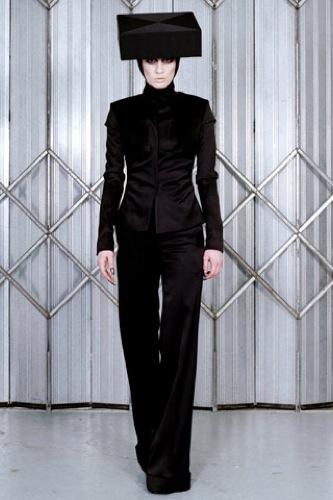 Gareth Pugh Otoño-Invierno 2009/2010 en la Semana de la Moda de París, negro