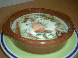 Huevos al plato con bechamel de espinacas